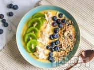 Вегетарианска закуска смути с банан, манго, боровинки, киви, кокосов чип и гранола